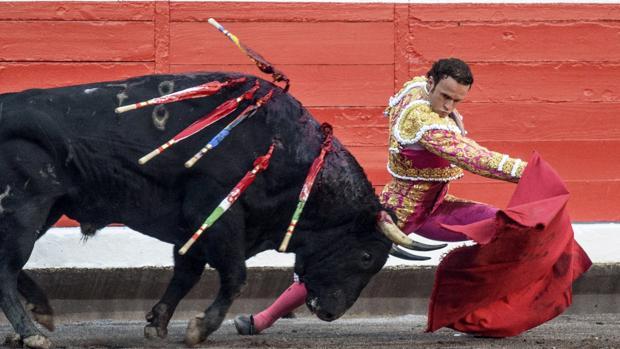 Antonio Ferrera se dobla con el toro