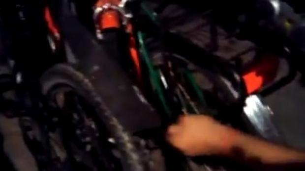 Momento en el que alguien pincha las ruedas de las bicicletas para turistas, anoche (ABC)