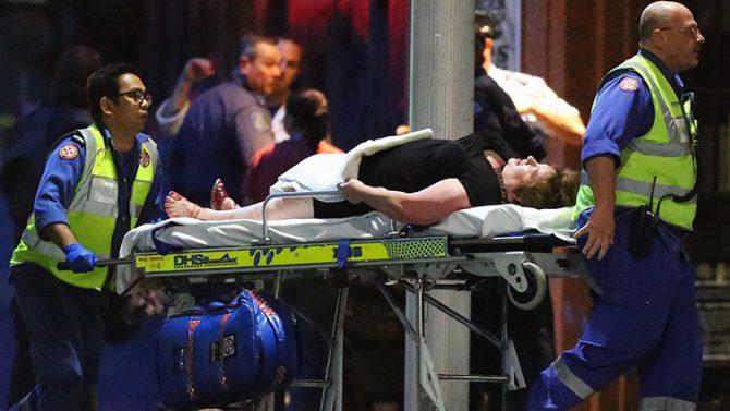 Una persona es sacada en una camilla del café Lindt después de la toma de rehenes en Sídney, Australia, el 16 de diciembre de 2014.