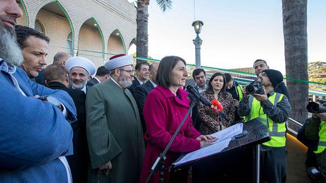 La primera ministra de Nueva Gales del Sur, Glady Berejiklian, se dirige a los asistentes a las celebraciones de la festividad islámica del Eid al Fitr en Sídney, Australia, el 25 de junio de 2017.