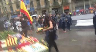 Bandera española colocada por Gerard Bellalta en el busto de Rafael de Casanova durante la Diada de 2015.