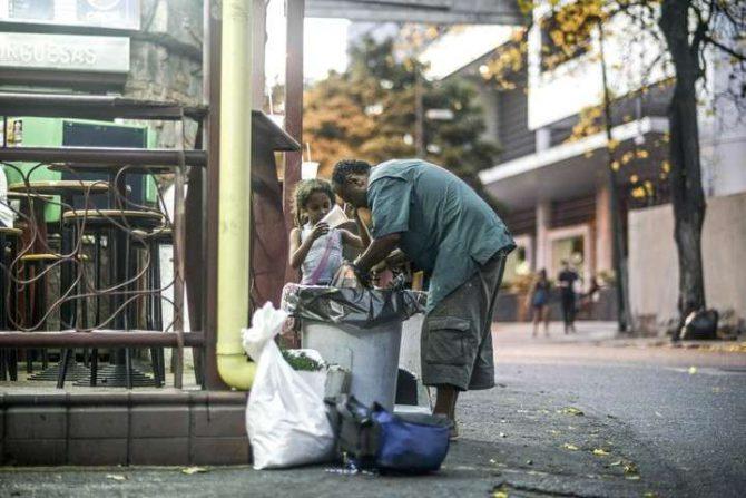indigentes buscan comida para sobrevivir en Caracas.