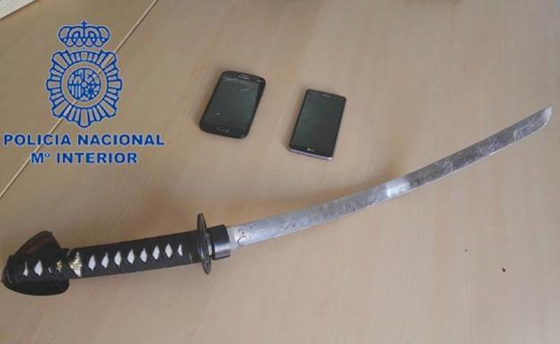 La espada oriental incautada por la Policía.