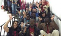 Voluntarios de Caritas con inmigrantes.
