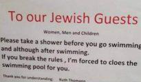 Cartel en el que se anuncia a los clientes judíos que se duchen antes de bañarse en la piscina