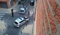 Los policías acordonan el escenario del tiroteo poco después de producirse el asalto.