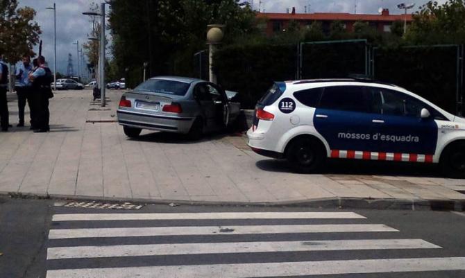 Imagen del coche empotrado en la escuela, en el barrio de Camp Clar. | CIRCO DE TARRAGONA