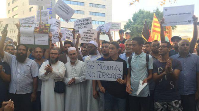 El ex imán de Tarrasa, tercer por la izquierda, imputado por un delito de odio contra las mujeres (E-noticies).