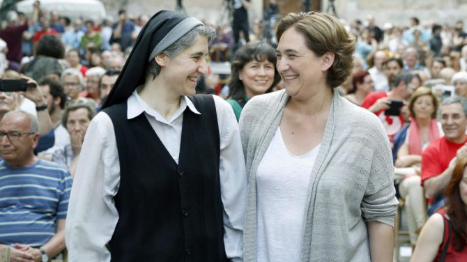 Teresa Forcades y Ada Colau, en un acto de campaña electoral.