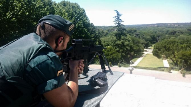 Un guardia civil armado en tareas de vigilancia en Moncloa.