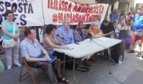 """María Gervacio, y su abogado, Juan Tamayo, acompañados por """"activistas sociales"""" (foto Naciódigital)."""
