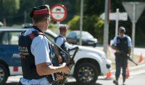 Varios agentes de los Mossos d'Esquadra vigilan en un control en la carretera C-17 a su paso por Ripoll (Gerona),