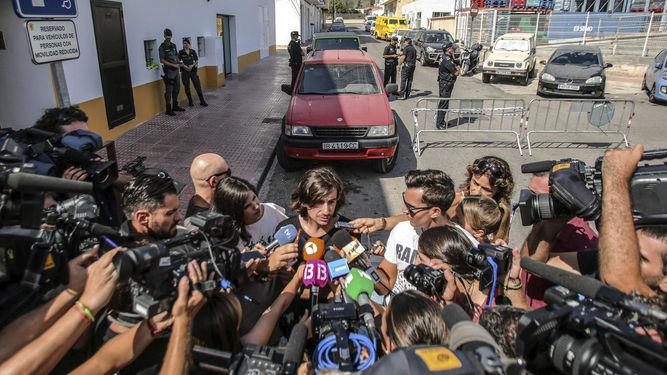 Gelete Nieto, hijo de Ángel Nieto, atiende a los medios a las puertas del tanatorio de Ibiza.