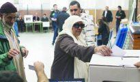 Una familia musulmana catalana votando en un colegio de Barcelona