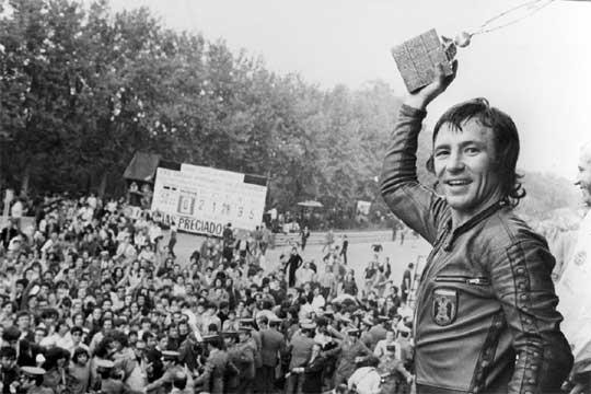 Barcelona, 23 de septiembre de 1972. Ángel Nieto se proclama campeón del mundo en 50cc y 125cc en Montjuïc.