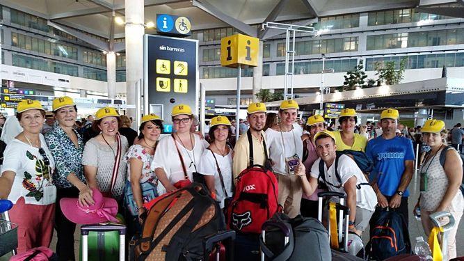 Foto de grupo de las 13 personas que viajaban en el autobús.