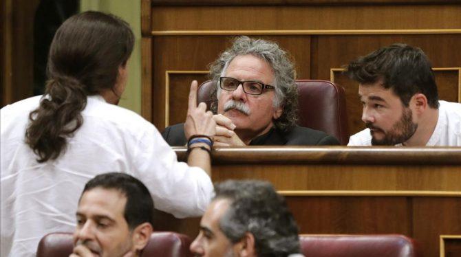 Pablo Iglesias habla con Joan Tardà y Gabriel Rufián, en el Congreso.