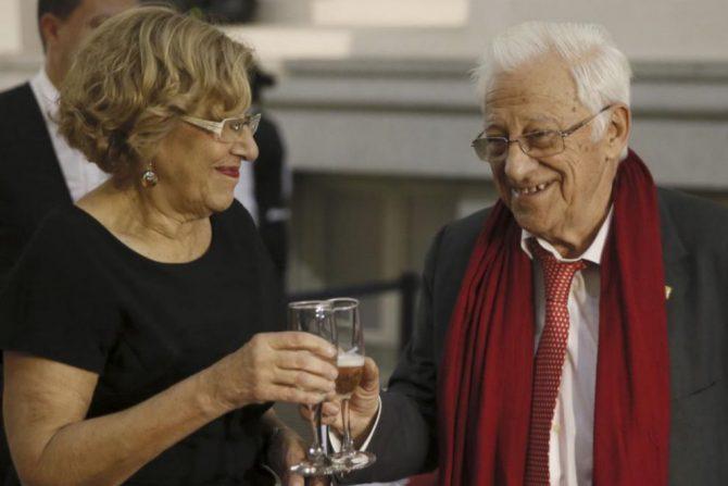 El Padre Ángel y Manuela Carmena.