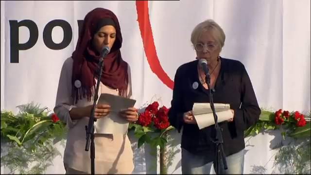 Manifiesto de Rosa María Sardá y Miriam Hatibi en plaza Cataluña.