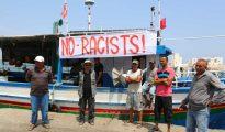 Pescadores tunecinos se reúnen el 6 de agosto de 2017 en el puerto de Zarzis en el sureste de Túnez para protestar contra un posible atraque del buque C-Star