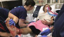 El adolescente Sam Kanizay recibe asistencia médica en un hospital.