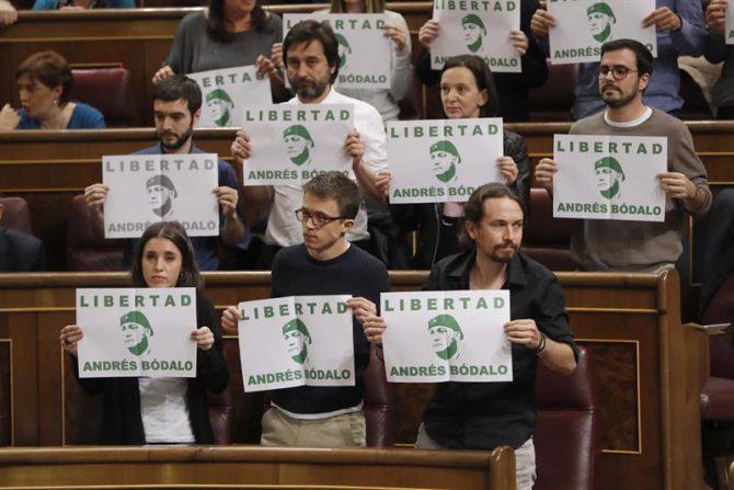 Diputados de Unidos Podemos pidiendo en el Congreso la libertad del delincuente Andrés Bodalo.