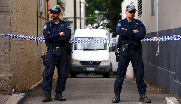 Polic{ias bloquean una calle en Sidney en un operativo contra el terrorismo