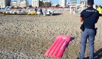 Policías inspeccionan un área donde una pandilla violó a una turista polaca y golpeó a su pareja, en una playa de Rimini, Italia, el sábado 26 de agosto de 2017.