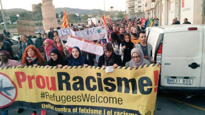 Progres y musulmanes catalanes manifestándose contra el racismo.
