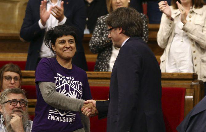 Puigdemot y la portavoz de la CUP en el Parlamento de Cataluña, Anna Gabriel.