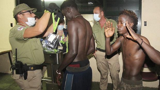 Unos 200 inmigrantes entraron ayer a España por la frontera de Ceuta