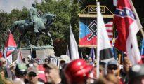 Norteamericanos de raza blanca junto a la estatua del general Lee, uno de los principales iconos históricos del país.