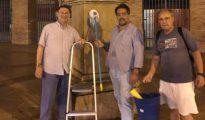 Ortiz, en el centro, el miércoles tras limpiar la estatua.
