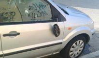 El vehículo de uno de los vecinos al que le rompieron un retrovisor. (EC)