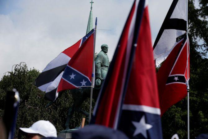 Banderas confederadas. Al fondo, la estatua del general Robert Lee.