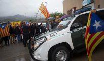 Ajenos a las provocaciones de los separatistas, efectivos de la Guardia Civil requisando carteles del 1-O.