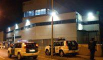 Agentes de la Guardia Civil vigilan desde primeras horas de la tarde de hoy la sede de una imprenta ubicada en un polígono industrial de Constantí (Tarragona).