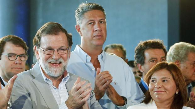 El presidente del gobierno, Mariano Rajo, junto la presidenta del PPCV, Isabel Bonig (d) y el presidente del PP en Cataluña, Xavi García Albiol (2d)