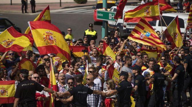 Escrache contra la asamblea de Podemos a favor del referéndum ilegal en Cataluña.