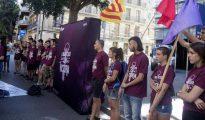 Miembros de la organización independentista Arran concentrados frente a la comisaría de los Mossos de Les Corts de Barcelona
