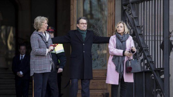 Irene Rigau, Artur Mas y Joana Ortega a las puertas del TSJC el primer día del juicio por el 9-N (El Periódico)