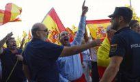 Concentración con banderas españolas frente al acto de Unidos Podemos en Zaragoza.