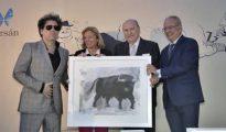 El cantante recibió el premio taurino Manuel Ramírez en la Casa de ABC de Sevilla
