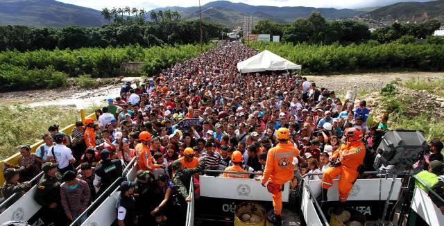 Cientos de venezolanos cruzan cada día la frontera a Colombia en busca de alimentos.