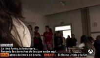 Fotograma del vídeo en que un grupo de estudiantes irrumpe en una clase de la UAB para leer un manifiesto a favor del referéndum y la profesora se enfrenta a ellos - A3