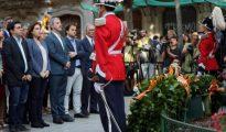 La alcaldesa de Barcelona Ada Colau, junto a los miembros del consistorio, en la ofrenda floral del Ayuntamiento de Barcelona al monumento a Rafael Casanova con motivo de la celebración de la Diada.