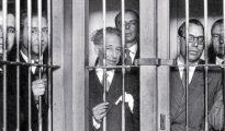 Lluís Companys (en la imagen, tercero por la izquierda), rodeado de miembros del Gobierno catalán, en la cárcel tras el golpe fallido