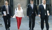 De izquierda a derecha: el consejero de la Presidencia y portavoz del Govern, Jordi Turull; la consejera de Enseñanza Clara Ponsati, el presidente de la Generalitat, Carles Puigdemont, y el vicepresidente del Govern y consejero de Economía, Oriol Junqueras