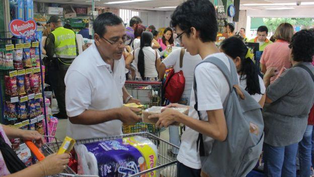 Compradores venezolanos en Cúcuta (Colombia).