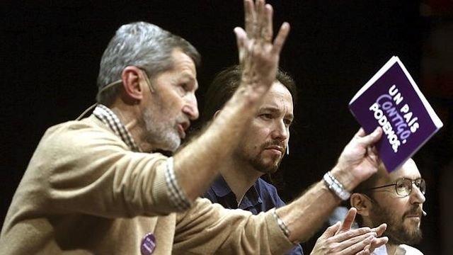 El ex Jemad Rodríguez presenta el programa de Podemos. A su lado,